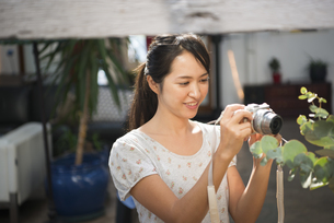 写真を撮っている女性の写真素材 [FYI01706691]