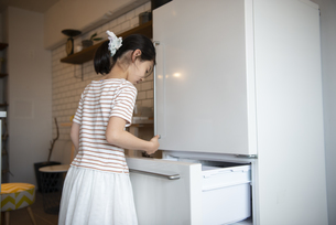 冷蔵庫を開けている女の子の写真素材 [FYI01706708]