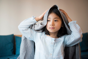 タオルで髪を拭いている女の子の写真素材 [FYI01706712]