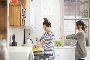 キッチンで料理をしている女性2人の写真素材 [FYI01706727]