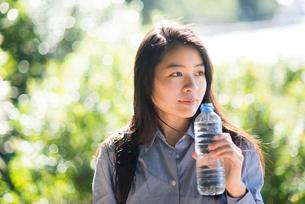 水を持っている女性の写真素材 [FYI01706744]