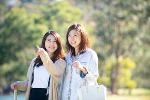 旅行中の女性2人の写真素材 [FYI01706761]