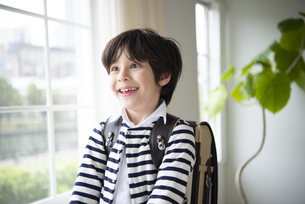 ランドセルを背負って笑っている男の子の写真素材 [FYI01706765]
