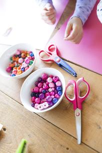 テーブルで遊んでいる子供たちの手の写真素材 [FYI01706793]