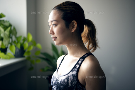 ジムにいる女性の横顔の写真素材 [FYI01706794]