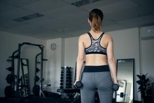 ダンベルを持ってる女性の後ろ姿の写真素材 [FYI01706813]
