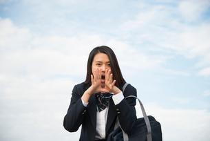 叫んでいる制服姿の女子高生の写真素材 [FYI01706814]