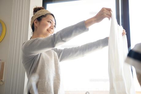 洗濯物を干している女性の写真素材 [FYI01706821]