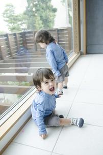家の中で遊んでいる双子の男の子たちの写真素材 [FYI01706827]