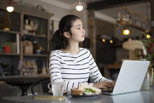 カフェでパソコンを開いてる女性の写真素材 [FYI01706845]