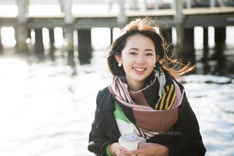 コーヒーを持って笑っている女性の写真素材 [FYI01706851]