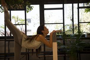 ポーズをしている女性ヨガインストラクターの写真素材 [FYI01706921]