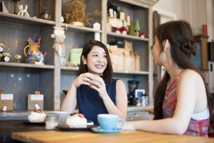 カフェでおしゃべりをしている二人の写真素材 [FYI01706968]