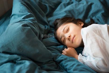 眠っている女の子の写真素材 [FYI01706989]