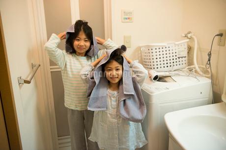 タオルで髪を拭いている姉妹の写真素材 [FYI01706990]