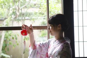 風鈴を持っている着物姿の女性の写真素材 [FYI01706997]