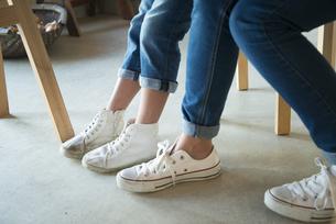 白いスニーカーを履いている親子の足の写真素材 [FYI01706998]