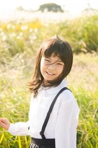 制服姿の小学生の女の子の写真素材 [FYI01707002]