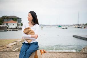 海の前に座っている女性の写真素材 [FYI01707008]