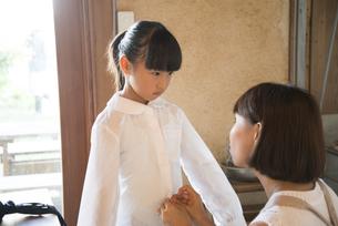 着替えをしている女の子と母親の写真素材 [FYI01707015]
