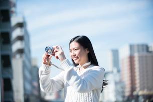 写真を撮っている女性の写真素材 [FYI01707025]