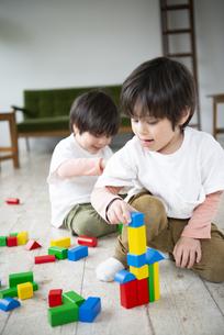 積み木で遊んでいる子供達の写真素材 [FYI01707050]