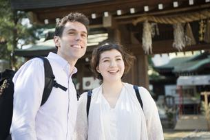 神社にいる笑顔の外国人観光客の写真素材 [FYI01707055]