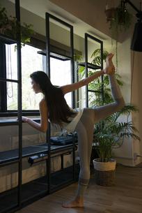 スタジオでポーズをしている女性ヨガインストラクターの写真素材 [FYI01707088]