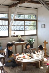 ごはんを食べる家族の写真素材 [FYI01707098]