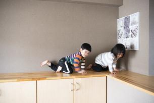 家で遊んでいる子供たちの写真素材 [FYI01707132]