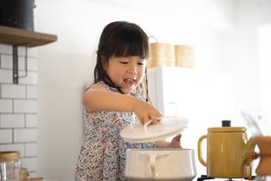 キッチンでお手伝いをしている女の子の写真素材 [FYI01707164]