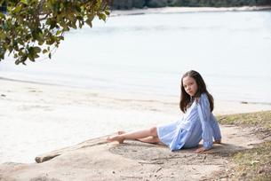 ビーチに座っているハーフの女の子の写真素材 [FYI01707165]