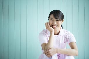 制服姿で座って笑っている女性の写真素材 [FYI01707173]