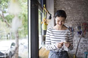 カフェで働いている女性の写真素材 [FYI01707182]