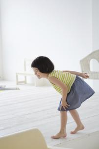 走り出す前のポーズをとる女の子の写真素材 [FYI01707187]