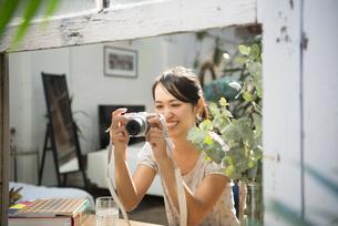 写真を撮っている女性の写真素材 [FYI01707207]