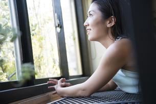 窓の外を見ている女性の写真素材 [FYI01707216]