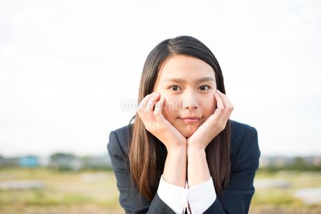 頬杖をついている制服姿の女子高生の写真素材 [FYI01707234]