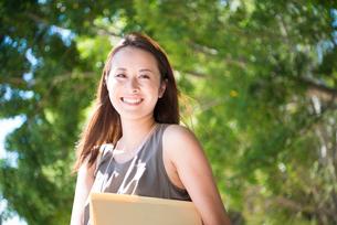 外で笑っている働く女性の写真素材 [FYI01707251]