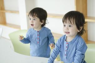 笑っている双子の男の子たちの写真素材 [FYI01707266]