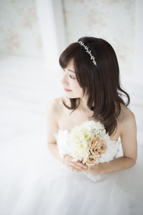 ウェディングドレスを着てブーケを持っている女性の写真素材 [FYI01707268]