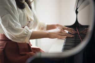 ピアノを弾いている女性の手元の写真素材 [FYI01707282]