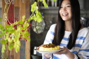 料理の乗ったお皿を持っている女性の写真素材 [FYI01707299]