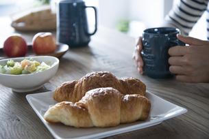 朝食風景と女性の手元の写真素材 [FYI01707323]