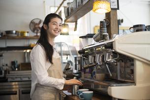 カフェで働いている女性の写真素材 [FYI01707334]