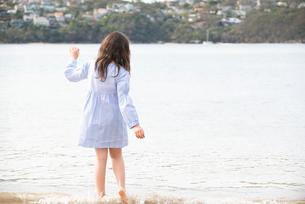 ビーチで遊んでいる女の子の後ろ姿の写真素材 [FYI01707350]