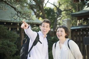 神社にいる笑顔の外国人観光客の写真素材 [FYI01707363]