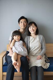 ソファに座っている家族の記念写真の写真素材 [FYI01707379]