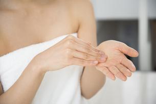 化粧水を手に取っている女性の写真素材 [FYI01707388]