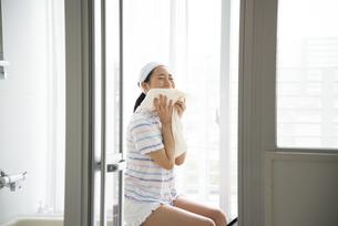 タオルで顔を拭いている女性の写真素材 [FYI01707394]